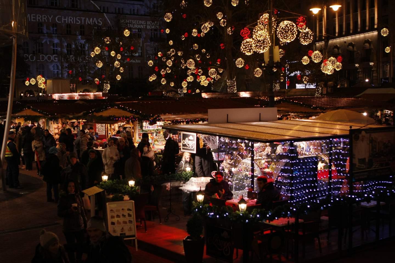 سوق الكريسماس في شهر ديسمبر